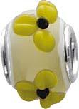 Süßer, sommerlicher Bead-Anhänger aus echtem Silber Sterlingsilber 925/-,  der Anhänger ist aus Muranoglas und ist auf einem weißen Hintergrund besetzt mit 4 kleinen gelben Blüten, Breite ca. 12 mm, Höhe ca. 13 mm. Er ist  geeignet für Ketten bis 4 mm Stä